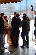 Besprechung vor der Wursthütte am Wiener Platz.
